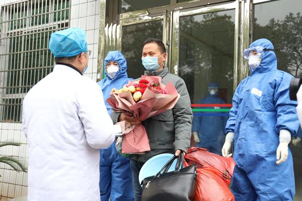振奋!今日康美通城人民医院首例新冠肺炎患者治愈出院